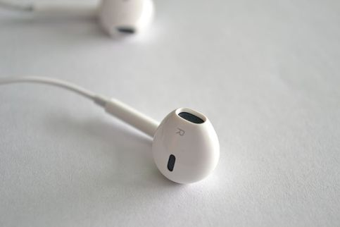640px-earpods_derecho